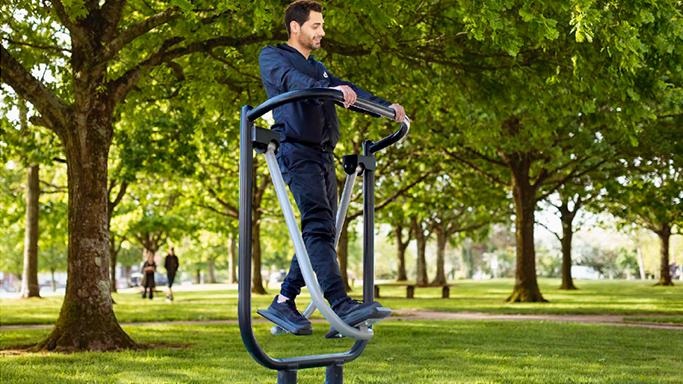 Persona haciendo ejercicio en parque